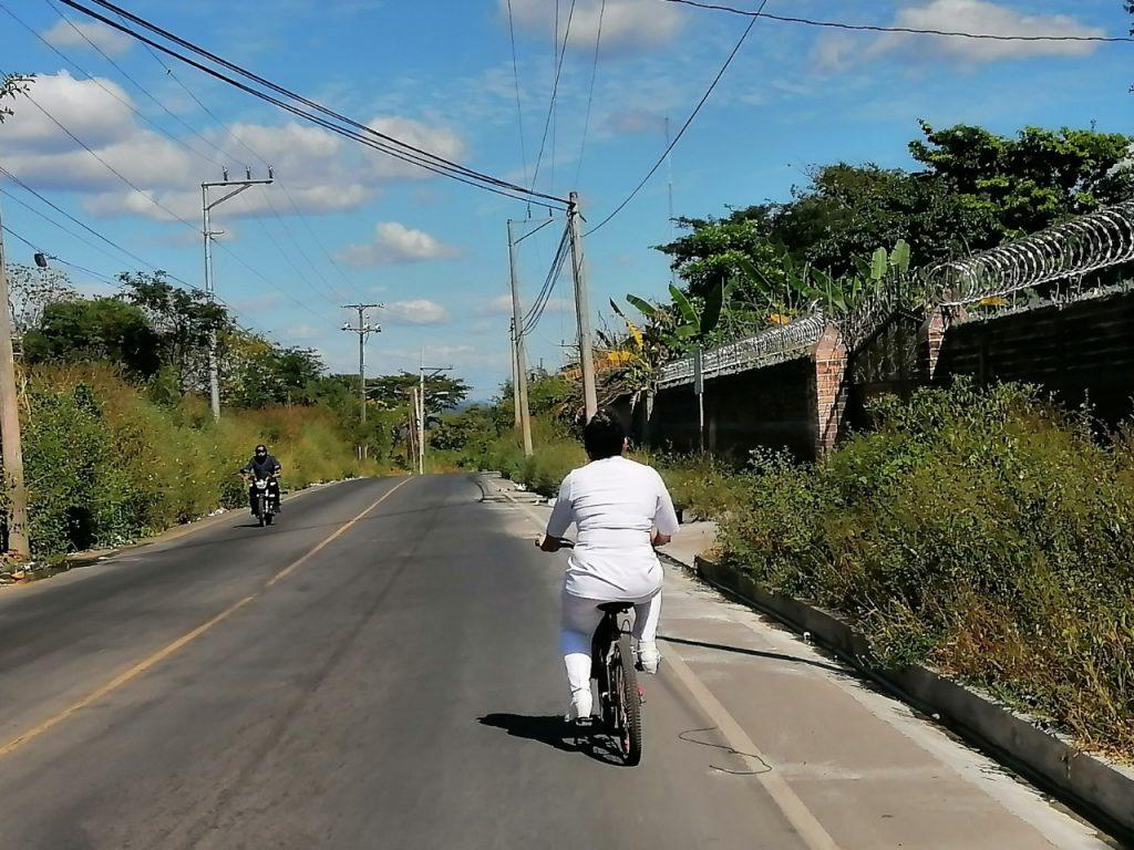 En la bicicleta de su hijo sale a trabajar una enfermera salvadoreña y emprendedora