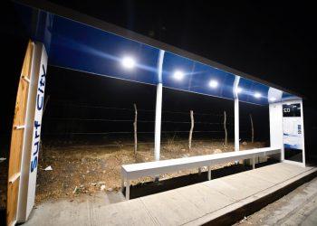 Paradas de buses de «Camino a Surf City» funcionan con energía solar y tecnología LED