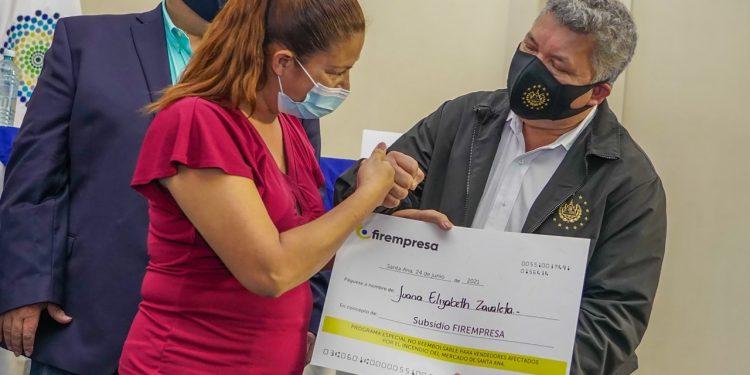 Bandesal entregó subsidio a vendedores de Santa Ana