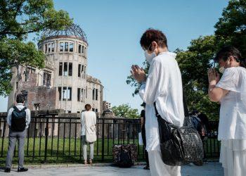 La gente ofrece oraciones junto a la Cúpula de la Bomba Atómica, anteriormente el Salón de Promoción Industrial de la Prefectura de Hiroshima, poco después de las 8:15 am, marcando el momento de la detonación cuando los Estados Unidos lanzaron la bomba sobre la ciudad en 1945 durante la Segunda Guerra Mundial, en el 76 aniversario de el ataque en Hiroshima el 6 de agosto de 2021. FOTO / AFP