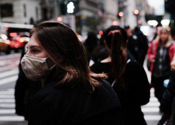 La organización aconsejó a los paises a mantener las medidas. Foto AFP.